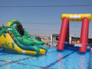 טרזן ותנין מתנפחים,על המים.